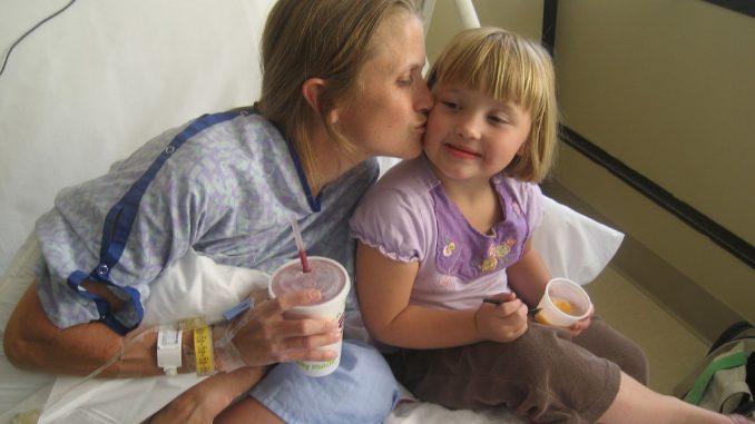 Küsschen von Mama: Krebspatientin in der Klinik.