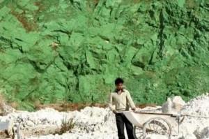 Chinesischer Arbeiter am Fuße des grünen Berges