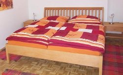 Doppelbett mit frischer Bettwäsche