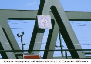 Geomantischer Kosmogramm-Stein an der Eisenbahnbrücke über die Traun (Linz). Projektleitung: D.I. Herbert Gradl