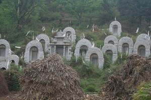 Alte Grabsteine: Die Wurzeln des Feng Shui liegen im Ahnenkult (Foto: Tim Zachernuk)