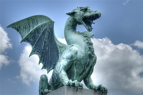http://www.everyday-feng-shui.de/feng-shui-news/wp-content/uploads/2010/02/drachen-statue.jpg