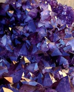 Amethyst: Violette Varietät des Minerals Quarz