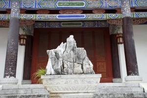 Feng Shui Stein hinter einer Eingangstür in der Altstadt von LiJiang, China