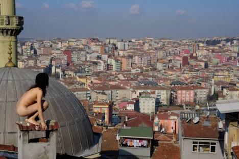 Miru Kim über den Dächern der 13-Millionen-Einwohner Metropole Istanbul
