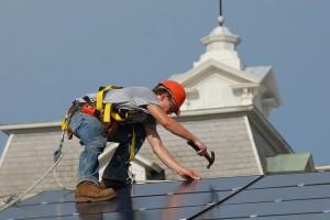 Aufbau einer Solaranlage auf dem Hausdach