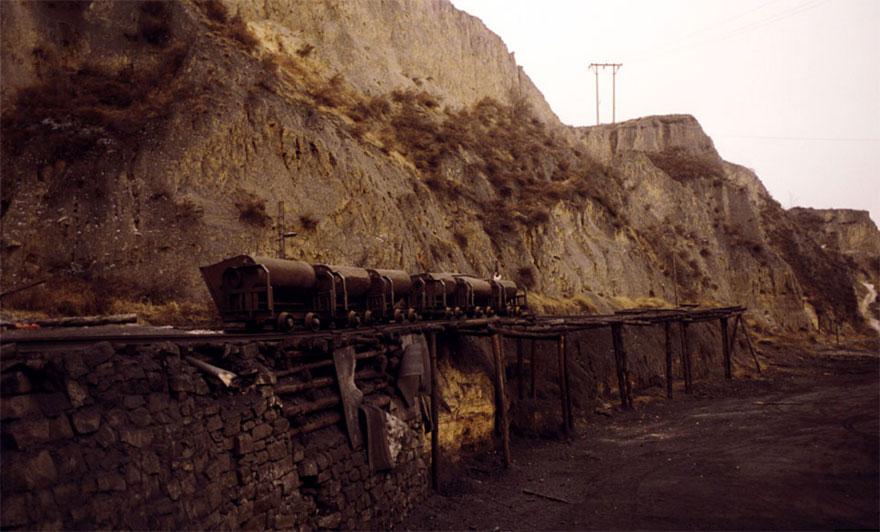 Kohleloren in zerklüfteter Landschaft