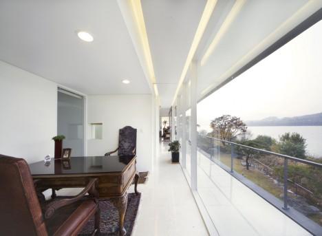 Korridor mit Fensterfront auf der Nordseite: Viel Tageslicht sorgt für mehr Energie und Aktivität in diesem Wohnbereich