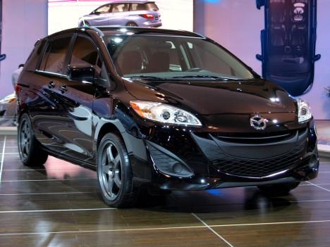 """Aha. So sieht also """"Das Feng Shui Auto"""" aus. Der Mazda5 in schwarz, der Farbe des Rußes."""
