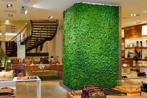"""Die """"Grüne Wand""""® von artaqua als dekoratives Element in einem Ladenlokal"""