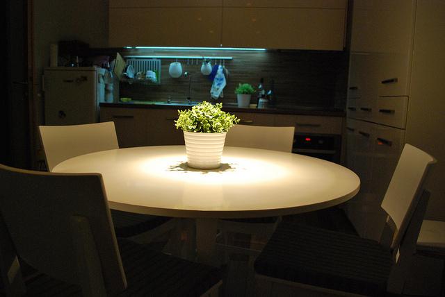 Gezielter Einsatz von Licht in der Küche schafft gefühlt mehr Raum