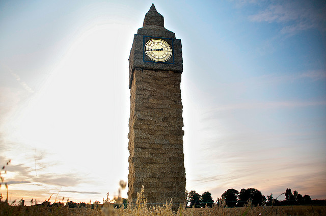 """Mit Strohballen sind auch mehrgeschoßige Gebäude möglich, in Nantwich wurde sogar ein freihstehender Uhrturm namens  """"Little Straw Ben"""" realisiert. (Foto: Paolo Camera)"""