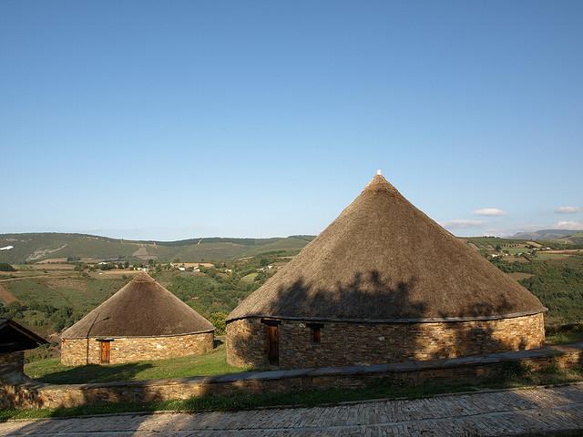 Traditionelle zeltförmige Strohdächer auf runden Steinbauten in Lugo, Spanien. (Foto von Pedreda)