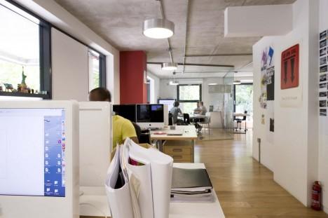 Ein guter Büroraum bietet sowohl selbstbestimmte Reviere, wo konzentriertes Arbeiten möglich ist, als auch kommunikative Bereiche und Orte der Begegnung. (Foto: Dwonderwall, David Wall)