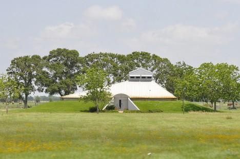 """Menschlicher """"Maulwurfsbau"""" in Texas, getarnt als sanfter Hügel mit Dachaufsatz. (Foto: David Sledge)"""