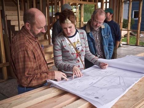 Die Planung von Passivhäusern ist relativ anspruchsvoll und setzt spezielles Knowhow voraus. Daher sollten diese Häuser nicht im Eigenbau, sondern nur von Profis ausgeführt werden. (Foto: Rob Harrison)