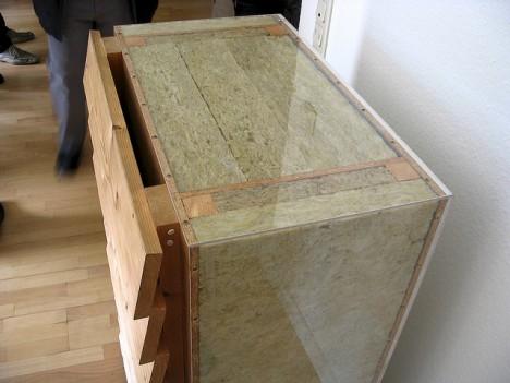 Passivhaus-Wandaufbau, der fast nur aus Wärmedämmung besteht. Die Holzverschalung innen und außen wird nur von schmalen Stegträgern zusammengehalten. (Foto: Tönu Mauring)