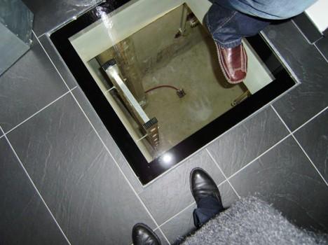 Die Frischluft kann vorgewärmt werden, indem man die Leitungen 20-30m lang unter der Erde führt, bevor man sie in das Passivhaus-Lüftungsgerät einspeist. (Foto © Irmgard Brottrager)