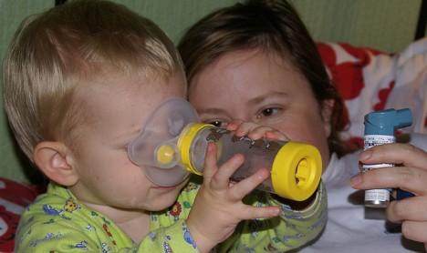 Kleiner Asthmatiker mit Inhalator