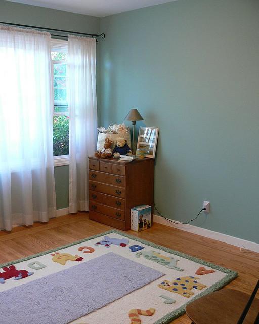 sicherheit im kinderzimmer. Black Bedroom Furniture Sets. Home Design Ideas