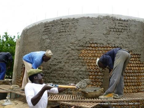 Hausbau mit der Plastikflaschen-Bauweise in Nigeria
