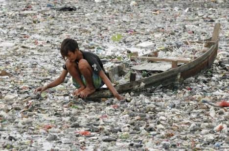 Die weltweite Verschmutzung mit alten Plastikflaschen hat ein unvorstellbares Ausmaß erreicht.