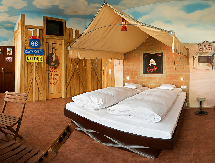Kurios: Schlafzimmereinrichtung in Automobil-Ästhetik