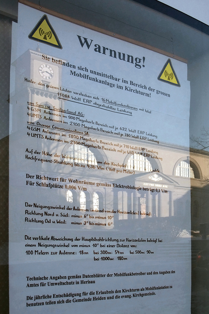 Elektrosmog-Warnhinweis wegen einer Strahlenquelle in einem Kirchturm in Appenzell, Schweiz