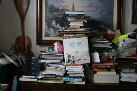 Zeit zum Aussortieren: Bücher- und Papierstapel türmen sich in allen Ecken