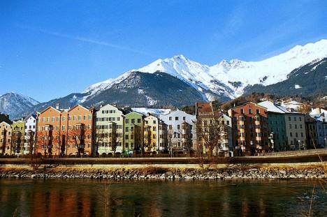 Gutes Chi: Berge stärken den Rücken dieser Häuserreihe in Innsbruck, Österreich