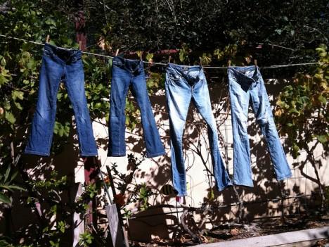 Blue Jeans: Zur Herstellung werden über 3000 Liter Wasser benötigt