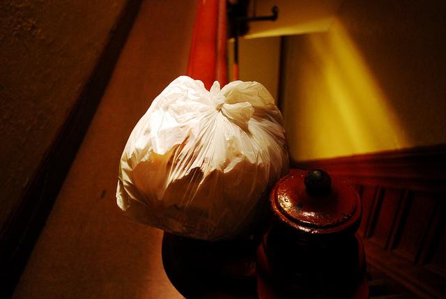 Im Notfall einfach den Müllsack eine Etage höher im Treppen deponieren...