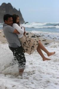 Völlig gelöst: Glückliches Paar am Strand