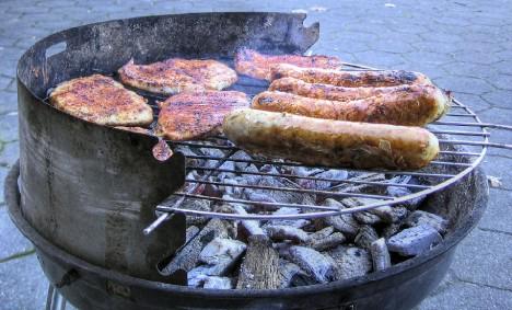 So kennen wir ihn: Den guten alten Kohlegrill mit Bratwurst und Fleisch
