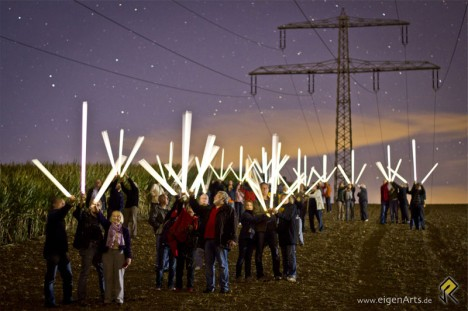 Leuchtende Leuchtstoffröhren unter Hochspannungsleitungen: Freilandleitungsgegner machen bei Protestaktion Elektrosmog sichtbar