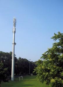 Mobilfunksendemast an einem Sportplatz