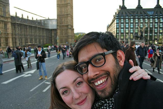Verliebtes Paar in London: Eine positive Ausstrahlung ist die beste Voraussetzung bei der Partnersuche