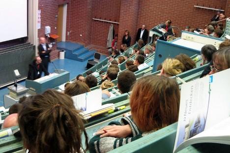 Vorlesung in einem Hörsaal an einer deutschen Universität
