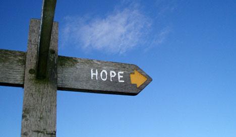 Wegweiser in Richtung Hoffnung