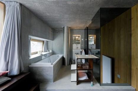 Auch im Badezimmer finden sich die Materialien Stein und Holz wieder