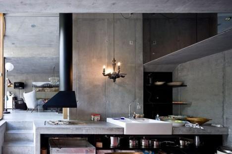 Blick in die Küche: Verschiede Ebenen sorgen für ein spannendes Raumgefühl