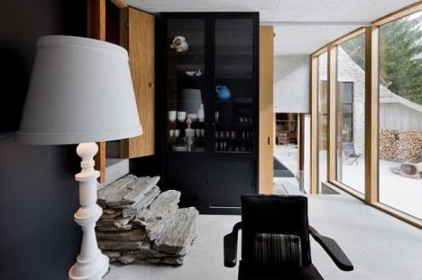 Kontraste zwischen Strengem und Naturbelassenem prägen das Interieur