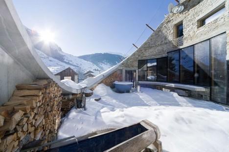 Geschützt im Innenhof befindet sich eine 60 Quadratmeter große Terrasse