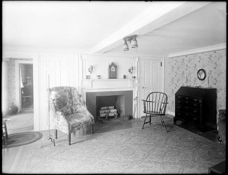Historische Aufnahme eines kolonial eingerichteten Wohnzimmers, Roger G. Pierce House, USA