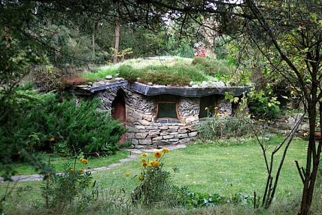 Aus Naturstein errichteter Meditations- und Kultraum in Findhorn, Schottland
