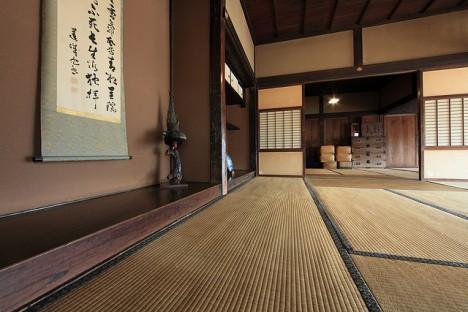 Reisstrohmatten (Tatami) und Kalligrafie prägen die traditionelle japanische Einrichtung