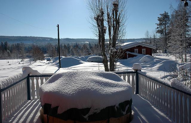 Heute bleiben wir lieber zu Hause: Blick auf eine verschneite Veranda in Schweden