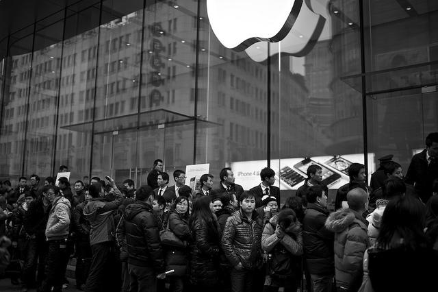 Schlange vor einem Apple-Store in Shanghai im Januar 2012