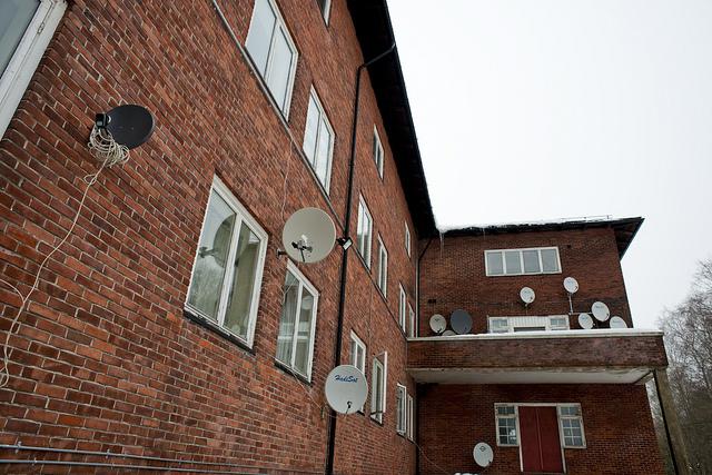 Parabolantennen an einer Häuserfassade