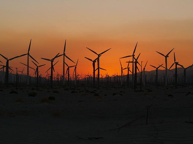 Nein - so wird unsere Zukunft nicht aussehen: Windräder im Sonnenuntergang